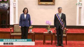 總統蔡英文頒贈中山勳章給副總統陳建仁。(圖/翻攝蔡英文臉書)