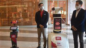 百貨公司準備感測體溫的機器人泰國擬在17日解禁第二波商業活動,百貨公司可能重新開放,圖為暹羅百麗宮準備了可以到處行走並感測體溫的機器人。中央社記者呂欣憓曼谷攝 109年5月14日