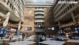 對此,交通部長林佳龍今(19)天表示,車站大廳是公共空間,來來往往的行旅或站或坐,就是最美的景色。 圖/翻攝自林佳龍臉書