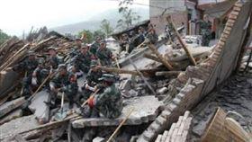 雲南5.0極淺地震!民眾遭活埋4死23傷 母肉身護2子(圖/翻攝自微博)