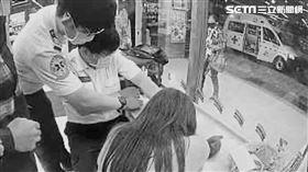 北市忠孝西路高姓警員在超商救下欲自殘的嫩妹。(圖/翻攝畫面)
