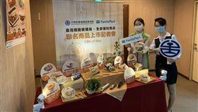 台鐵與全家合作,推出8款滷排骨風味鮮食。(圖/記者陳宜加攝影)