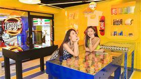 因應西門町年輕特色,7-ELEVEN X Lay's樂事聯名店。(圖/7-ELEVEN提供)