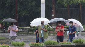 氣象局指出,20日各地受到滯留鋒面持續影響,有局部大雨或豪雨發生的機率,白天高溫約26至29度。(中央社檔案照片)