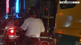 鞭炮怪客鄒木樹騎車進入博愛特區遭逮。(圖/翻攝畫面)