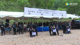 緬甸佤邦南鄧特區日前發生一起駭人聽聞的搶劫殺人慘案,而犯案的是3名中國人,遭逮後僅審判不到2星期,就被帶到刑場上槍決,且現場還吸引大批民眾圍觀,甚至紛拿出手機拍攝。(圖/翻攝自南鄧新聞)