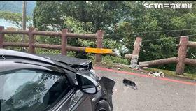 天雨路滑撞護欄 轎車險墜日月潭底(圖/翻攝畫面)