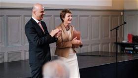 放眼全球民主國家領導人任期多為4至5年,但瑞士相當特別,總統是由聯邦委員輪流擔任,任期僅一年,今年由索瑪魯加接掌總統一職(右)、2018年則是柏塞茲(左)。(圖取自facebook.com/BersetAlain)