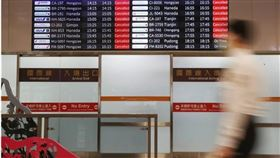 指揮中心指揮官陳時中20日表示,初步規劃開放低風險國家人士入境,入境居家檢疫5至10天後自費採檢,若為陰性將改為自主健康管理。(中央社檔案照片)