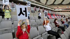 首爾FC使用性愛娃娃當觀眾惹議。(圖/翻攝自推特)