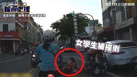 阿伯騎機車逆向撞翻女學生。(圖/翻轉大高屏交通違規授權)