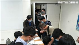 上百名酒店業者為了學習實名制APP,紛紛湧進中山分局上課。(圖/翻攝畫面)