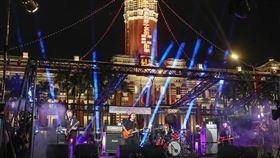 用愛畫個圈演唱會 滅火器府前壓軸獻唱(1)中華文化總會在20日總統就職典禮當晚,舉辦線上演唱會「2020 Keep Zero, Be Hero 用愛畫個圈」,以接力方式邀請藝人歌手於全台6地開唱,壓軸在總統府前廣場,由滅火器樂團演出,完成在台灣順時鐘畫出一個0的壯舉,感謝並鼓勵全國人民為防疫持續不懈的努力。中央社記者裴禛攝 109年5月20日