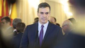 西班牙總理桑傑士(中)儘管遭逢右翼對手反對,國會20日仍以177票贊成、162票反對、11票棄權,通過延長緊急狀態。(facebook.com/pedro.sanchezperezcastejon)