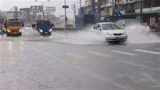 雨炸高雄淹了?網酸韓:水上樂園開幕