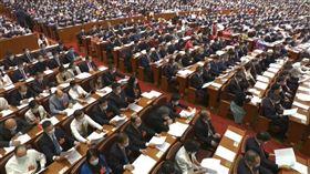 中國全國政協13屆三次會議21日下午3時在人民大會堂開幕,與會者戴上罩。