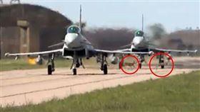 戰鬥機起飛中 「高速公鹿」穿越跑道 英國,皇家空軍基地,戰鬥機,鹿 翻攝自YouTube
