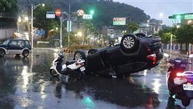 大雨,打滑,車禍,休旅車,翻覆,基隆