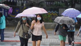 越晚雨勢越明顯受到滯留鋒面及西南氣流影響,中央氣象局指出,21日越晚降雨會越來越明顯,21日晚間到22日白天,發生大雨及豪雨機率高。中央社記者徐肇昌攝 109年5月21日