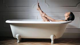 相信許多長頭髮的女生為了減少洗頭髮次數而沒有習慣每天洗頭,甚至連洗澡都不列入每天的例行公事。日前就有女大生在Dcard上以「大家能多久洗一次澡呢」為題發文,文章一貼出便引發大批網友留言討論。 圖/翻攝自pixabay https://www.pexels.com/zh-tw/search/bath/