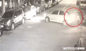 台中男倒車撞倒3車 牽起來就走...慘觸法/翻攝畫面