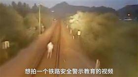 安徽,鐵軌,手機,視頻,狗(翻攝梨視頻)