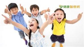 過去許多家長會等孩子換完牙後才評估矯正,但為避免孩童牙齒亂對健康問題造成更多影響,建議家長在發現孩子有點暴、有點亂、看起來怪怪的時候,就可先找矯正醫師諮詢專業意見,不要錯過孩子矯正黃金期囉!