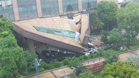 廣東中山市小欖鎮的中山皇冠假日酒店倒塌(圖/翻攝自微博)
