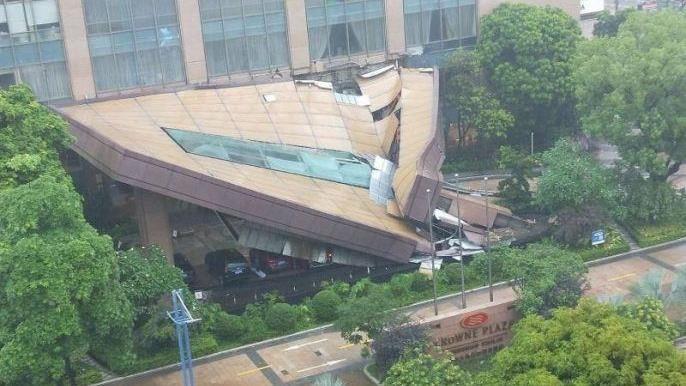 暴雨強灌…酒店不敵豪雨「大門被壓垮」 天花板傾斜45度