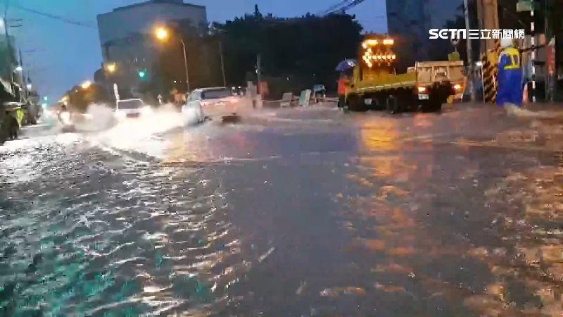 梅雨狂炸南台灣!高屏淹水災情頻傳 住戶自備抽水機防大水