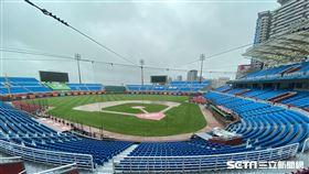 桃園棒球場因雨延賽。(資料圖/記者王怡翔攝影)