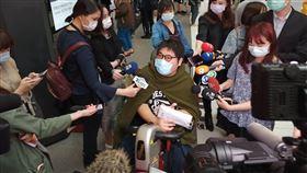 網友號召「坐爆北車」活動,香港人到場支持,胡庭碩現身。(圖/記者陳弋攝影)