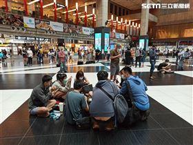 網友號召「坐爆北車」活動,香港人到場支持。(圖/記者陳弋攝影)。