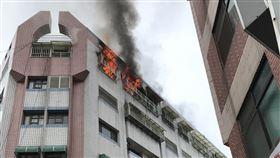 雲林 頂樓 火警 砸車 磁磚爆裂(圖/翻攝畫面)