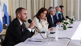 阿根廷財政部長古茲曼(左1)表示,由於未能支付5億美元的外債利息,22日確定違約,但會繼續與國際債權人就債務重組談判。(圖/翻攝自古茲曼推特twitter.com/Martin_M_Guzman)
