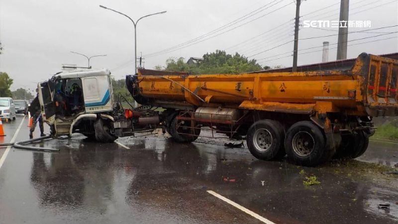 疑天雨路滑!大貨車自撞分隔島 油料庫士官兵與警協力搶救