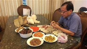 李來希在臉書分享自己包粽子的過程。(圖/翻攝自李來希臉書)