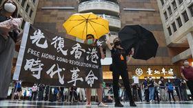 在台港人赴北車大廳表達反送中訴求網友23日共同發起坐爆台北車站活動,邀請支持台北車站開放的民眾中午12時後可自發性到台北車站大廳席地而坐或參與各項活動,包含唱歌、玩桌遊、挺香港運動等。現場有支持反送中的在台港人帶著旗幟,在北車大廳高唱反送中歌曲。中央社記者徐肇昌攝 109年5月23日