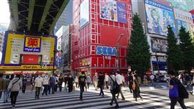 東京疫情趨緩 民眾出門活動增多東京都武漢肺炎疫情趨緩,民眾出門的情況增多。圖為週末知名的電器街秋葉原街景。中央社記者楊明珠東京攝 109年5月23日