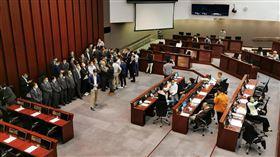 香港議會陷混亂 泛民建制大混戰(1)香港泛民主派和建制派議員8日在立法會爆發混戰,兩個陣營為誰有資格主持內務委員會會議而對立。中央社記者張謙香港攝 109年5月8日