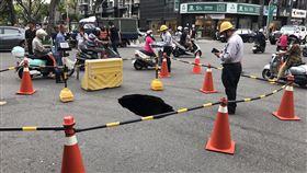 高雄道路雨後下陷 緊急搶修(2)高雄市水利局24日下午接獲通報,英明路、英祥街交叉口路面有寬約2.3公尺、長約3.3公尺,深度約1.8公尺的坑洞,附近居民擔心路面掏空擴大危及公共安全於是報警,警方在現場豎立交通錐,並進行交通管制,同時通報有關單位搶修。(高雄市水利局提供)中央社記者程啟峰傳真 109年5月24日