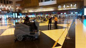 台北車站大廳被「拉起封鎖線」 台鐵:暫時的(圖/翻攝自交通部臺灣鐵路管理局 TRA臉書)