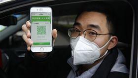中國民眾手機上的「健康碼」在疫情期間成為通行證明,浙江日前反而提出要更廣泛運用健康碼,紀錄民眾疾病與生活狀態,甚至拿來評比,遭批評侵犯隱私。(圖/中央社/中新社提供)