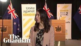 紐西蘭北島今天上午發生規模5.8的地震,總理阿爾登當時正接受電視直播受訪。(圖/翻攝自Guardian News YouTube頻道)