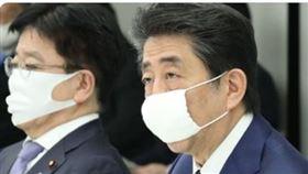 安倍每戶發2枚「布口罩」!日網友竟罵爆:小到不行(圖/翻攝自推特)