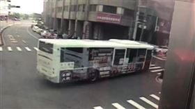 台中公車撞9車 駕駛送醫驚傳腦中風(圖/翻攝畫面)