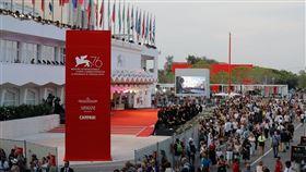 隨著義大利疫情逐漸緩和,威尼斯影展將如期於9月初舉行。圖為2019年影展現場。(圖/翻攝自facebook.com/Labiennaledivenezia)