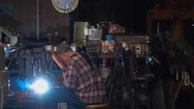 無薪假實施人數達1.9萬  製造業人數最多勞動部8日公布最新減班休息(無薪假)統計,有1047家事業單位正實施無薪假,且實施人數達1萬9000人,除家數為有紀錄以來首次破千家,人數也再創10年新高。以行業別來看,人數部分以製造業7247人最多。中央社記者吳家昇攝 109年5月8日