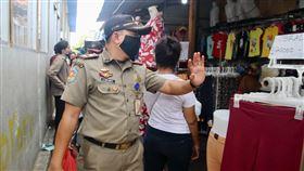 印尼限制人流防疫措施無法落實印尼防疫措施僅允許11種民生必需行業繼續運作,但實際上很多行業仍未停業。雅加達警方23日在開齋節前夕加強取締,但警方離開後,店家仍繼續營業。中央社記者石秀娟雅加達攝  109年5月25日
