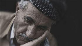 老人不開心。(圖/翻攝自Pixabay)